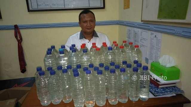 MIRAS PONOROGO : Polisi Gerebek Penjual Miras, Puluhan Liter Arak Jowo Disita