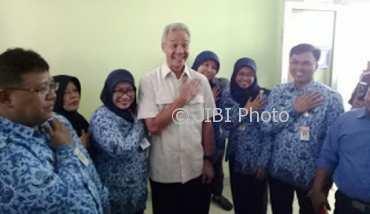 Foto bersama sejumlah ASN bersama salah seorang peserta Pilgub Jateng di RS Kartini Jepara. (panwaskabjepara.co.id)