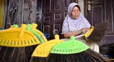 Perajin membuat sapu sawit di sebuah rumah industri di Kaliwungu, Kabupaten Semarang, Jawa Tengah, Selasa (13/3/2018). (JIBI / Solopos / Antara / Aditya Pradana Putra) Bantuan modal UMKM SUKOHARJO