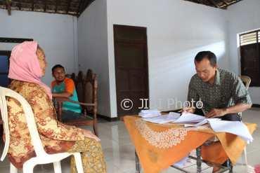 Warga mendatangi petugas tempat pemungutan suara (TPS) di Desa Kradenan, Kecamatan Trucuk , Klaten,untuk mengecek namanya sudah tercantum dalam daftar pemilih sementara (DPS), Selasa (27/3/2018). (Taufiq Sidik Prakoso/JIBI/Solopos)
