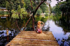 Pengunjung menikmati danau Solo Zoo. (Istimewa)