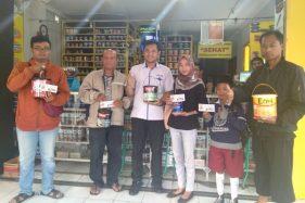 Para pemenang undian kuis Zona Warna Indaco periode Juli dan Agustus 2019 menerima hadiah di toko cat Warna Abadi Colomadu, Karanganyar, Senin (23/9/2019). (Bayu Jatmiko Adi/Solopos)