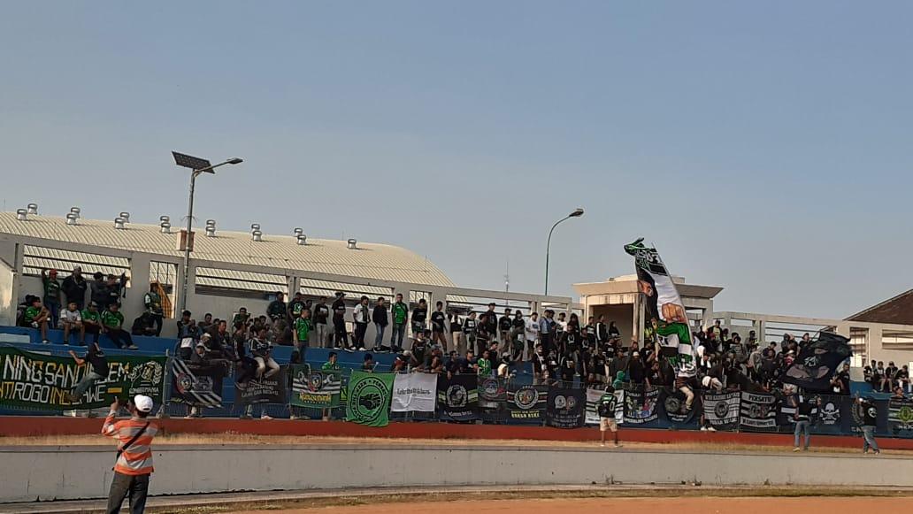 Seratusan suporter Persatu Tuban mengibarkan bendera dan bernyanyi untuk mendukung tim kesayangannya saat melawan Persis Solo di Stadion Wilis, Kota Madiun, Senin (23/9/2019). (Madiunpos.com/Abdul Jalil)
