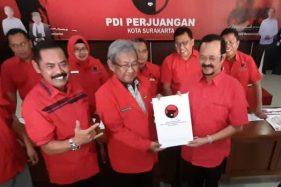 Putut Gunawan (tengah) saat menyerahkan formulir Cawali-Cawawali kepada Achmad Purnomo di DPC PDIP Solo 16 sept 2019. (Nicolous Irawan/Solopos)