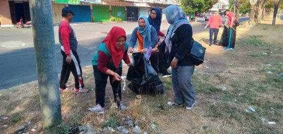 Gerakan pungut sampah mendukung World Cleanup Day 2019 di kawasan Solo Baru, Grogol, Sukoharjo, Sabtu (21/9/2019). (Solopos-Bony Eko Wicaksono)