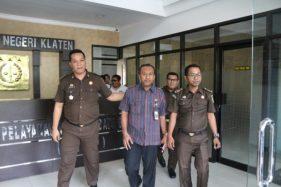 Abdul Mursyid (dua dari kanan) ditahan penyidik Kejari Klaten, Kamis (26/9/2019). (Istimewa/Kejari Klaten)