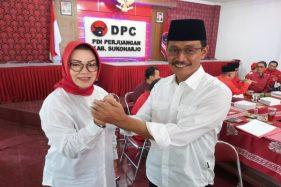 Pasangan Etik Suryani Wardoyo dan Agus Santosa seusai menyerahkan berkas persyaratan cabup-cawabup di Kantor Sekretariat DPC PDIP Sukoharjo, Jumat (20/9/2019). (Solopos/Indah Septiyaning W)