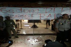 Massa Aksi di Semarang Segel Gedung DPRD Jateng