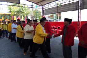 Pengurus DPD II Golkar Klaten disambut pengurus DPC PDIP Klaten saat mengunjungi kantor DPC PDIP Klaten untuk menyatakan koalisi pada Pilkada Klaten 2020, Kamis (19/9/2019). (Solopos/Taufiq Sidik Prakoso)