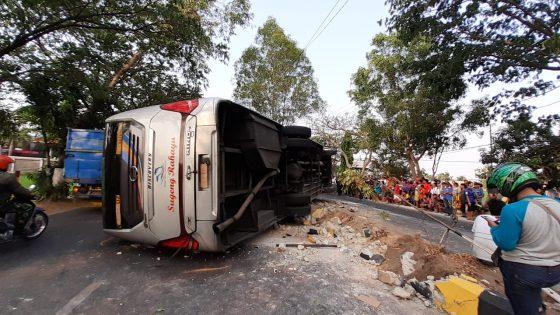 Kondisi bus Sugeng Rahayu berpelat nomor W 7211 UZ yang terguling di jalan lingkar Kota Madiun, Selasa (24/9/2019) sekitar pukul 14.00 WIB. (Madiunpos.com-Abdul Jalil)