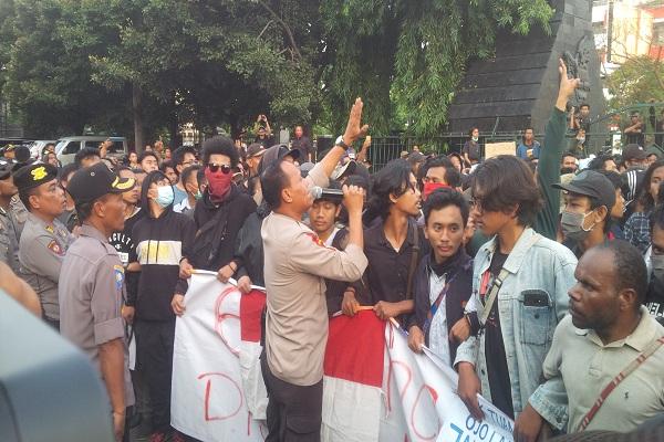 Libatkan Pelajar, Massa Aksi di Semarang Duduki Kantor DPRD Jateng