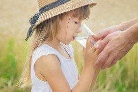 Tips Hidup Sehat: Minum Air Putih Hangat Bikin Tubuh Rileks