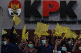 Anggota Wadah Pegawai KPK membawa bendera kuning saat melakukan aksi malam renungan bertajuk
