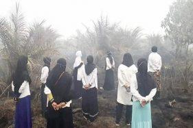 Viral Foto Emak-Emak Piknik di Lokasi Kebakaran Hutan, Netizen: Tiru Siapa?
