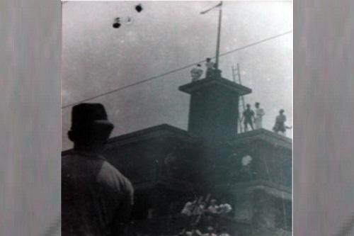 Perobekan warna biru pada bendera Belanda di Hotel Yamato, Surabaya, Jatim, 10 November 1945. (Wikimedia.org)