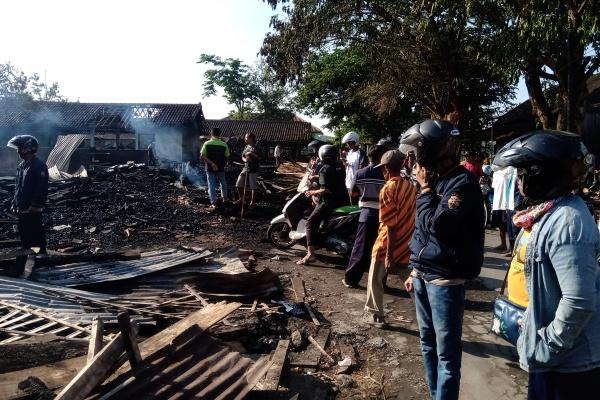 Puing-Puing Kebakaran Pasar Nglangon Sragen Jadi Tontonan Warga