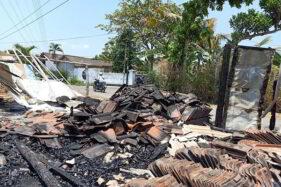 Reruntuhan gubuk bekas warung yang terbakar di Gumpang, Kartasura, Sukoharjo, (Solopos/Iskandar)