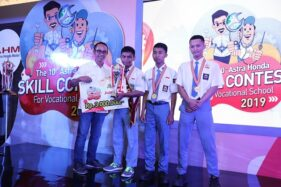 General Manager Coporate Communication AHM Ahmad Muhibbuddin memberikan penghargaan kepada  Eko Bisono Saputro dari  SMK Muhammadiyah 3 Karanganyar sebagai wakil dari Jawa Tengah dalam ajang AHSC for Vocational School di Jakata, Kamis (17/10/2019). (Semarangpos.com-Astra Motor Jateng).