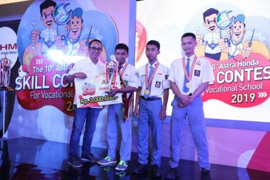 General Manager Coporate Communication AHM Ahmad Muhibbuddin memberikan penghargaan kepada Eko Bisono Saputro dari SMK Muhammadiyah 3 Karanganyar sebagai wakil dari Jawa Tengah. (Istimewa/Dok. Astra Motor Jateng)