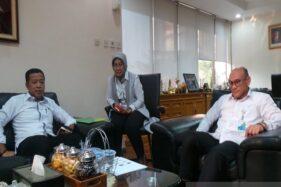 Deputi Direktur Kanwil BPJS Ketenagakerjaan Jateng dan DIY Suwilwan Rachmat (kanan) bersama Asisten Deputi Wilayah Bidang Umum dan SDM Dian Agung Senoaji (kiri), dan Asisten Deputi Direktur Bidang Pelayanan Wiwik Septi Herawati (tengah) di Kota Semarang, Jawa Tengah, Senin (14/10/2019). (Antara-Nur Istibsaroh)