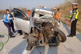 Kondisi mobil Avanza yang dikemudikan Wahyudi setelah menabrak truk tronton di Jalan Tol Solo-Ngawi KM 555+100 A, Desa Kauman, Kecamatan Widodaren, Kabupaten Ngawi, Senin (14/10/2019). (Istimewa-Polres Ngawi)