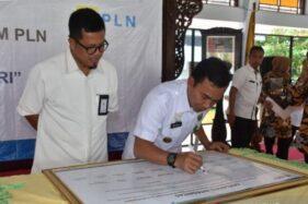 Bupati Batang Wihaji menandatanganan kerja sama dengan PT PLN pada pencanangan Batang Gemerlap Lampu, Sabtu (19/10/2019). (Antara-Kutnadi)