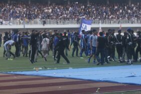 Suporter PSIM Jogja turun ke lapangan saat kericuhan terjadi pada Derbi Mataram antara PSIM Jogja melawan Persis Solo di Stadion Mandala Krida, Jogja, Senin (21/10/2019) sore. (Harianjogja/Jumali)