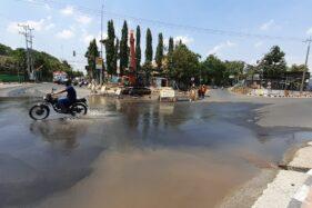 Air meluber sampai proliman Jl. Thamrin, Kota Madiun karena pipa PDAM di lokasi itu rusak, Kamis (10/10/2019). (Madiunpos.com-Abdul Jalil)