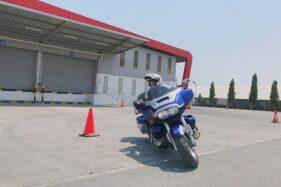 Salah seorang pengendara motor gede Honda tengah melewati rintangan cone pada acara pembekalan safety riding di Kawasan Industri Candi Gatot Subroto, Kota Semarang, Minggu (13/10/2019). (Semarangpos.com-Astra Motor Jateng)