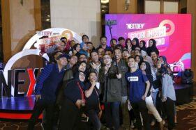 General Manager Mass Market Segment Sales Telkomsel Jawa Bali, Eko Atmaja, berfoto bersama kontestan Local Stage Pitch The NextDev di Aston Hotel Semarang, Kamis (10/10/2019). (Semarangpos.com-Imam Yuda S.)