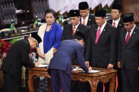 Presiden Joko Widodo dan Wapres Ma'ruf Amin membubuhkan tanda tangan disaksikan para pimpinan MPR saat upacara pelantikan presiden dan wakil presiden periode 2019-2024 di  Jakarta, Minggu (20/10/2019). (Antara-AkbarNugroho Gumay)
