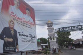 Baliho Bupati KlatenSri Mulyani berisi ucapan selamat kepada capres-cawapres terpilih, Joko Widodo-Ma'ruf Amin, terpasang di perempatan RSI Klaten. (Solopos/Ponco Suseno)