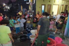 Petugas BPBD Solo menyalurkan bantuan air bersih ke wilayah Gandekan, Jebres, Kamis (17/10/2019). (Istimewa/BPBD Solo)