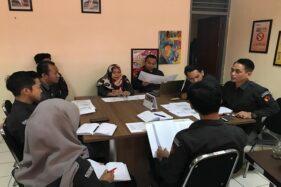 Para komisioner Bawaslu Kota Semarang saat menggelar rapat membahas kampung pengawasan di kantornya, Rabu (16/10/2019). (Semarangpos.com-Imam Yuda S.)