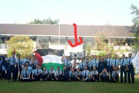 Sebuah bendera hitam bertuliskan kalimat tauhid yang identik dengan simbol HTI dikibarkan siswa di kompleks SMKN 2 Sragen. (Istimewa - Endro Supriyadi)