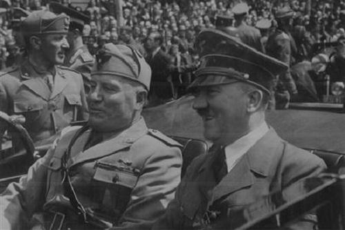 Benito Amilcare Andrea Mussolini alias Benito Mussolini (kiri) bersama Pemimpin Jerman Adolf Hitler. (Reuters)