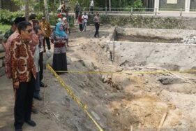 Bupati Magelang Zaenal Arifin meninjau lokasi ditemukannya candi petirtaan di Matingan, Kecamatan Salam, Kabupaten Magelang, Jawa Tengah. (Antara-Humas Pemkab Magelang)