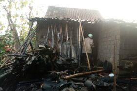 Petugas Damkar memadamkan bara api sisa-sisa kebakaran yang melalap dapur milik Sukiyanto, 43, di Dukuh Condong, RT 019/RW 005, Jati, Masaran, Sragen, Sabtu (12/10/2019) sore. (Istimewa)