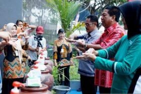 Wali Kota Magelang Sigit Widyonindito (kedua dari kanan) mempraktikkan cara yang benar cuci tangan pakai sabun pada Deklarasi Setop BABS dan peringatan Hari Cuci Tangan Pakai Sabun Sedunia di GOR Samapta, Sport Center Kota Magelang, Jawa Tengah, Selasa (15/10/2019). (Antara-Humas Pemkot Magelang)