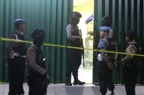 Polisi berjaga saat penggeledahan ruko yang dihuni terduga teroris berinisial RF yang diduga anggota JAD Bekasi, di Indramayu, Jawa Barat, Minggu (13/10/2019) malam. (Antara-Dedhez Anggara)
