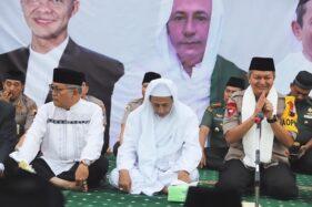 Kapolda Jateng, Irjen Pol. Rycko Amelza Dhaniel (paling kanan), duduk bersebelahan dengan Maulana Ali Habib Muhammad Luthfi bin Ali bin Yahya pada acara doa bersama di Mapolda Jateng, Jumat (18/10/2019). (Semarangpos.com-Humas Polda Jateng)