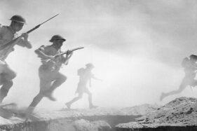 Foto karya Len Chetwyn yang menunjukkan Pasukan Sekutu sedang terlibat Pertempuran El Alamein II, 24 Oktober 1942. (Wikimedia.org)