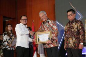 Gubernur Jateng, Ganjar Pranowo, menerima penghargaan dari Menteri Tenaga Kerja, Hanif Dhakiri, di Jakarta, Senin (14/10/2019).