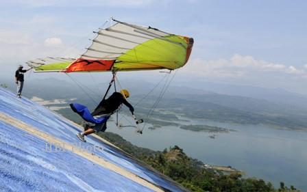 Puluhan Atlet Gantole Berebut Tiket ke Papua di Gunung Telomoyo