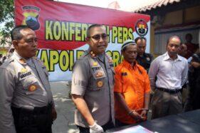 Sujarwo, 59, menundukkan kepala saat Kapolres Sragen AKBP Yimmy Kurniawan (dua dari kiri) saat jumpa pers di Mapolres Sragen, Kamis (10/10/2019). (Solopos/Tri Rahayu)