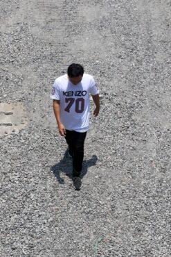 Warga melintasi jalur lambat di Jl. Kolonel Sutarto, Jebres, Solo, saat proses kulminasi matahari berlangsung, Kamis (10/10/2019). (Solopos/Nicolous Irawan)