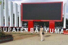 Warga membuktikan hari tanpa bayangan di Alun-Alun Kota Purwokerto (Antara-Wuryanti Puspitasari)
