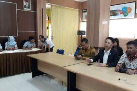 Henry Indraguna (kedua kanan depan) di Kantor KPU Solo, Jumat (11/10/2019). (Solopos-Nicolous Irawan)
