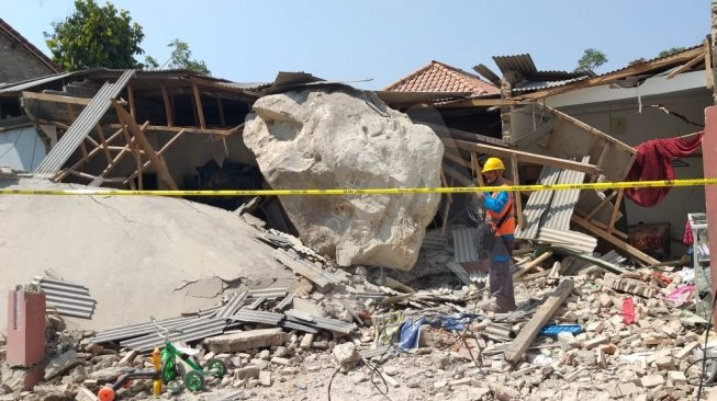 Sebuah rumah di Tegalwaru, Purwakarta, rusak berat tertimpa batu besar dari ledakan galian C, Selasa (8/10/2019). [Suara.com/Ayobandung.com/Ayopurwakarta.com]