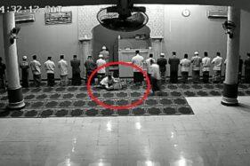 Potongan video detik-detik kematian jemaah slat di masjid Masjid Darul Falah, Kedaung, Kota Depok, Jawa Barat, Sabtu (12/10/2019). (Instagram-lham_rmdhn_12)